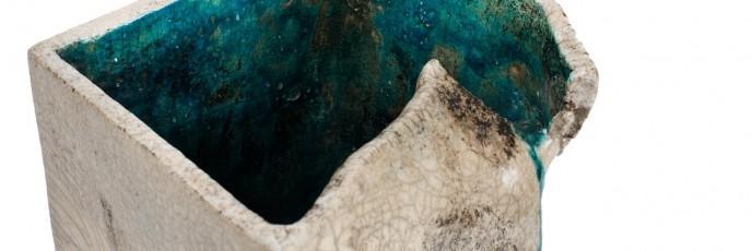 Wazon - wykonany techniką raku, szare krakle na zewnątrz i morski środek oraz charakterystyczne naderwanie brzegu