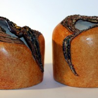 Cienkościenne obłe formy wykonane z szamotu, kryzy szkliwione.