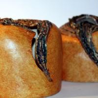 Dwie formy proste w kształcie, pękate i ozdobione kryzami. Wykonane z szamotu, wypalone w piecu elektrycznym, szkliwione na kryzach